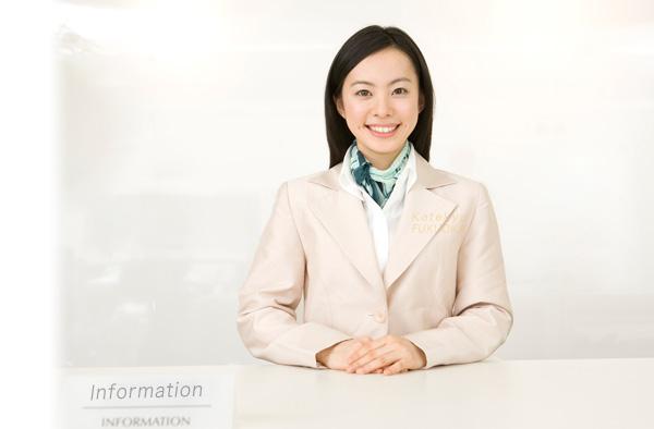 受付する女性社員の画像